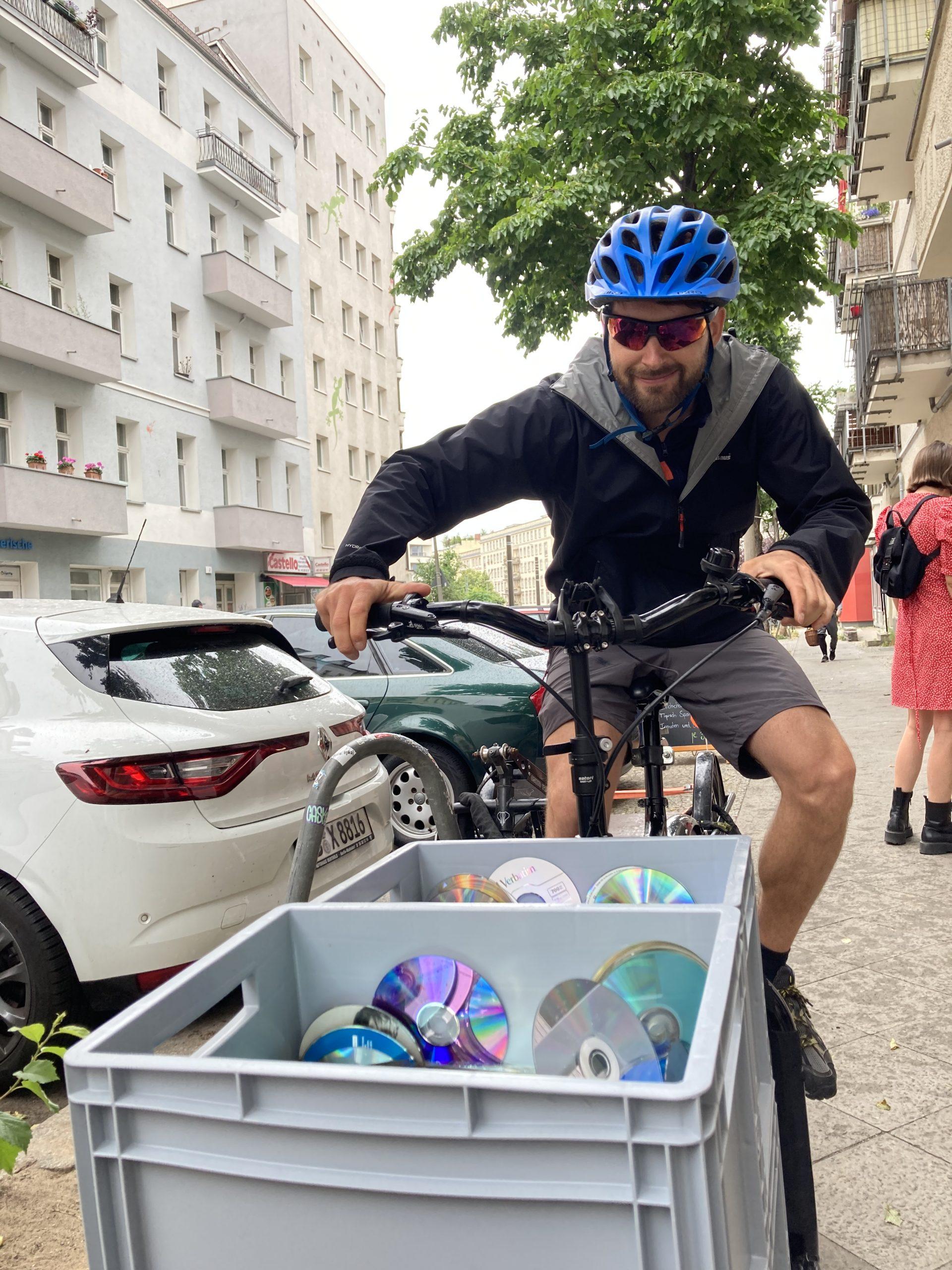 Igor von PeekUp bringt eine Ladung aussortierter CDs zum Werstoffhof
